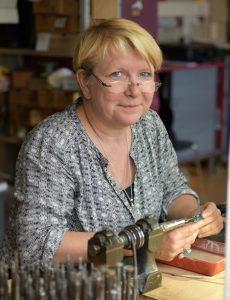 Andrea Sohne am Werktisch