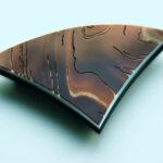Brauner Naturachat mit zarten Linien graviert