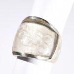 Ornamento Ring aus Silber mit graviertem Bergkristall